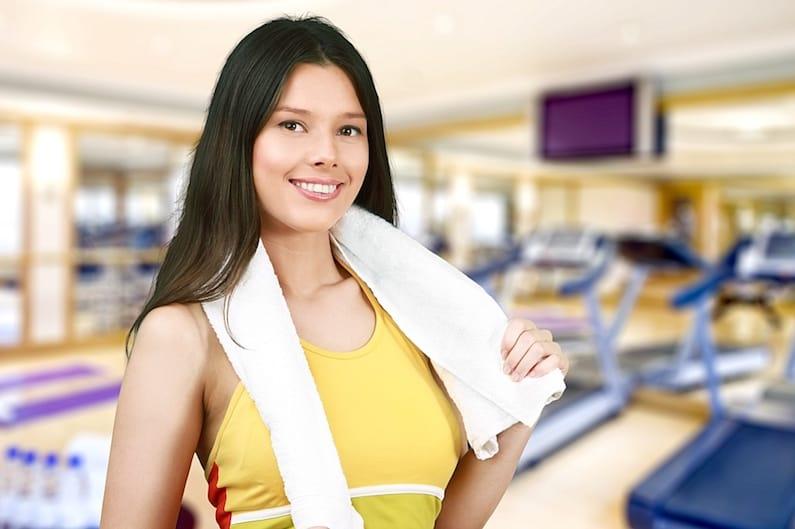 Una donna che si allena in palestra